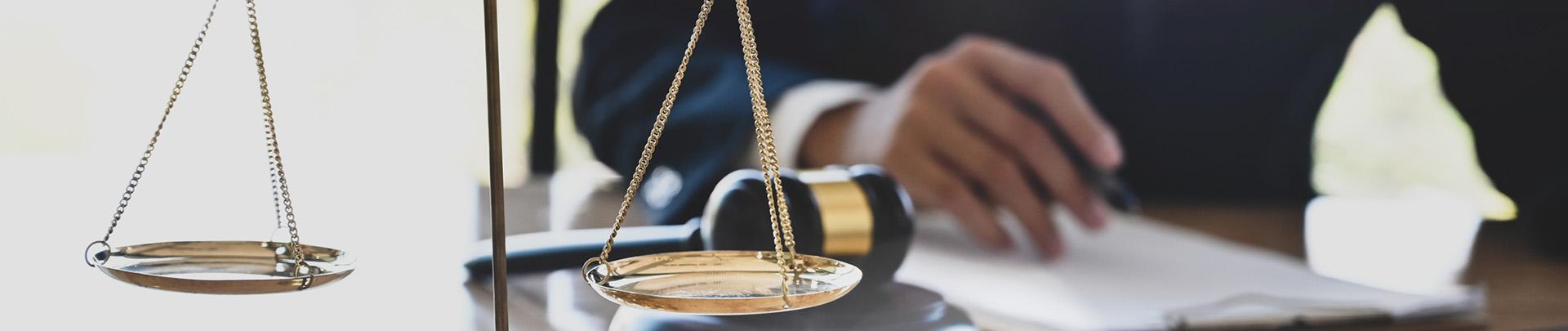 Baner waga dłonie młotek sędziowski